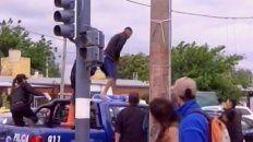 dramatica persecucion policial con un agente herido y un ladron atropellado
