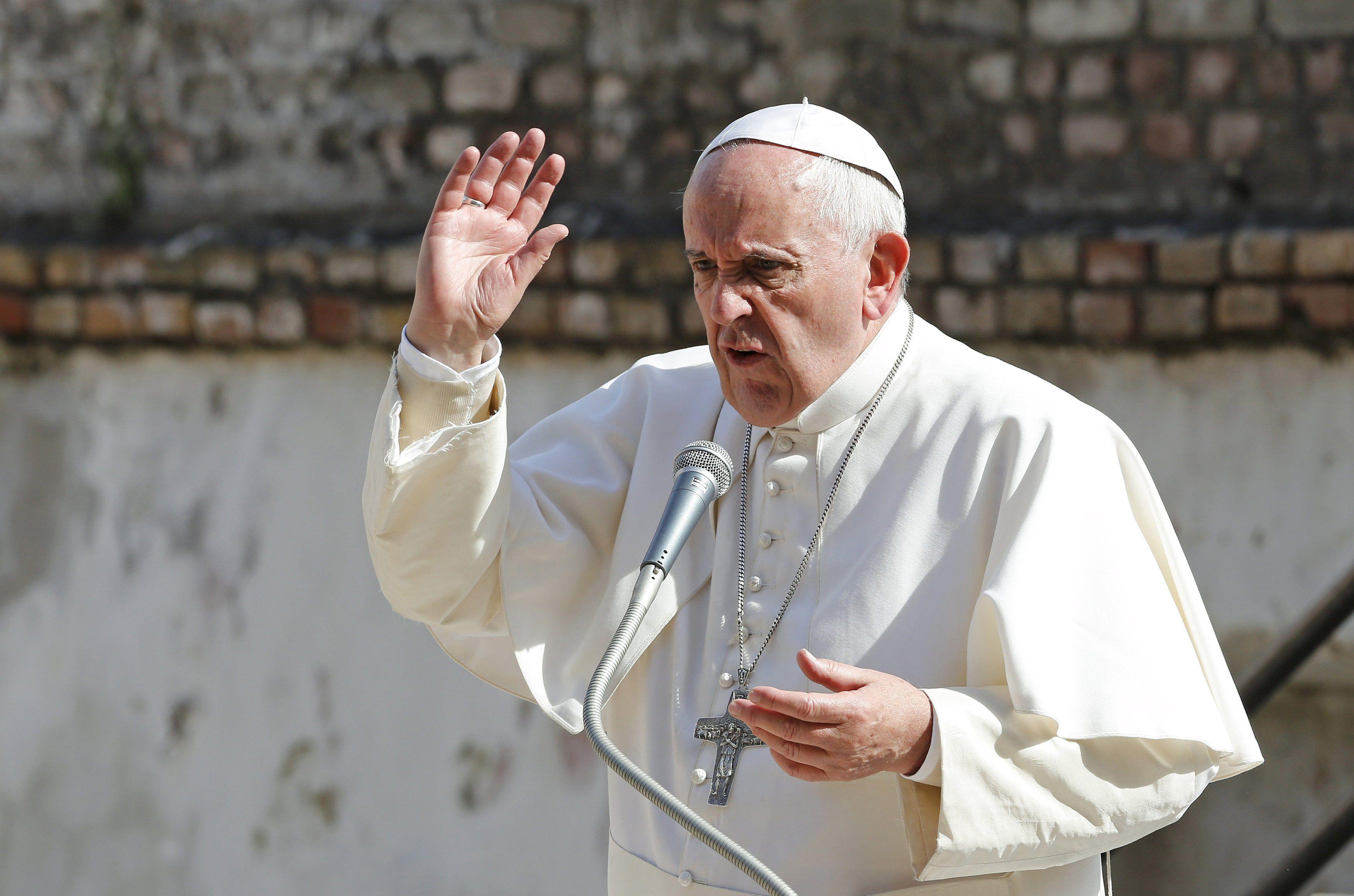 rezo por vos. Francisco sorprendió ayer con su confesión sobre su edad y su estado de salud