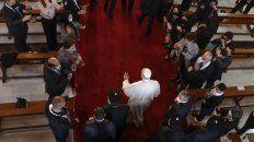 El Papa ingresa a la Catedral de Bagdad, objetivo de un brutal atentado islamista en 2011 que dejó 53 fieles asesinados.