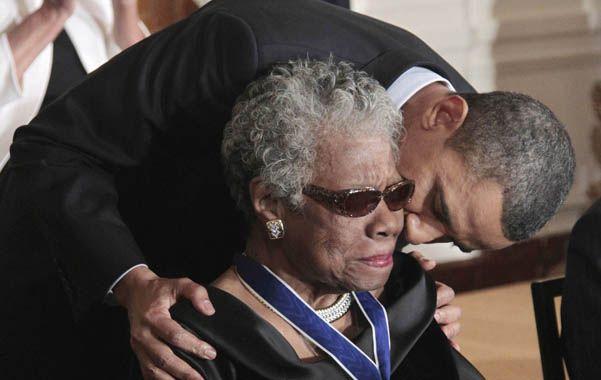 Dramaturga insigne. Obama abraza a Angelou en un acto en 2010.