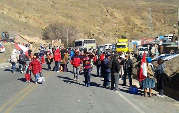 Libres. Los activistas bolivianos dejan pasar a los viajeros acompañados por religiosos y funcionarios.