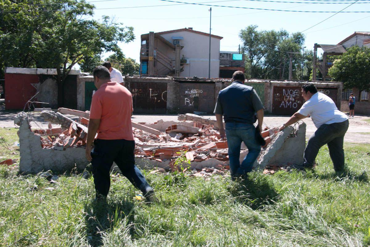 Efecto picota. Los escombros de una de las demoliciones que se hicieron ayer.