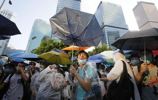 La revolución de los paraguas comienza a pesar en la economía local