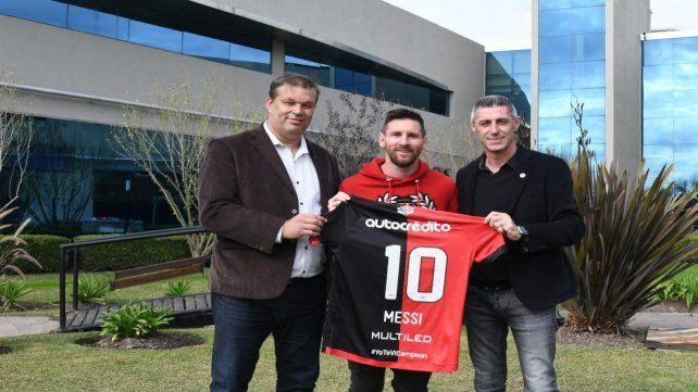 Los directivos Juan Concina y Cristian DAmico le obsequiaron la camiseta a Lionel Messi con el Nº10.