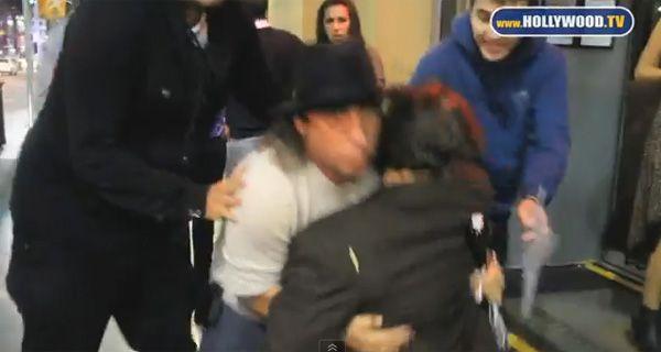 Un video muestra cómo Johnny Deep cae al suelo por su borrachera