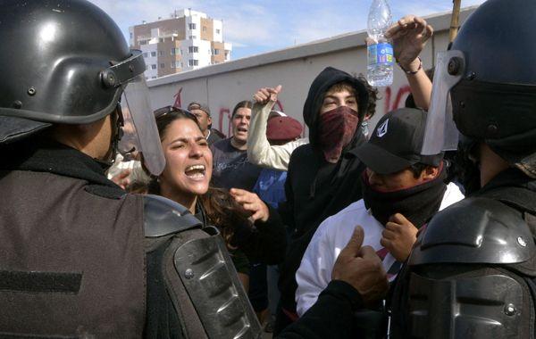 Manifestantes que se oponen al desembarco de Chevron en Neuquén se enfrentan a policías antidisturbios.