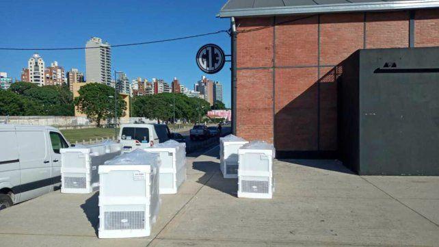 Los aparatos de refrigeración ya se encuentran en el Galpón 13 de la costa central y los otras postas sanitarias.