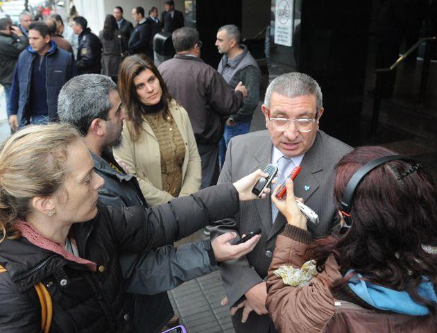 El juez Vienna estuvo hoy en el velatorio del comisario que fue asesinado ayer. (Foto:S.Meccia)