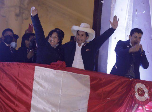Pedro Castillo y su vice Dina Boluarte finalmente pudieron ser consagrados el lunes a la noche. Asumirán el próximo 28 de julio