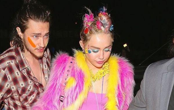 Miley Cyrus llegó con un colorido vestuario a su 22 cumpleaños acompañada de su novio Patrick Schwarzenegger.