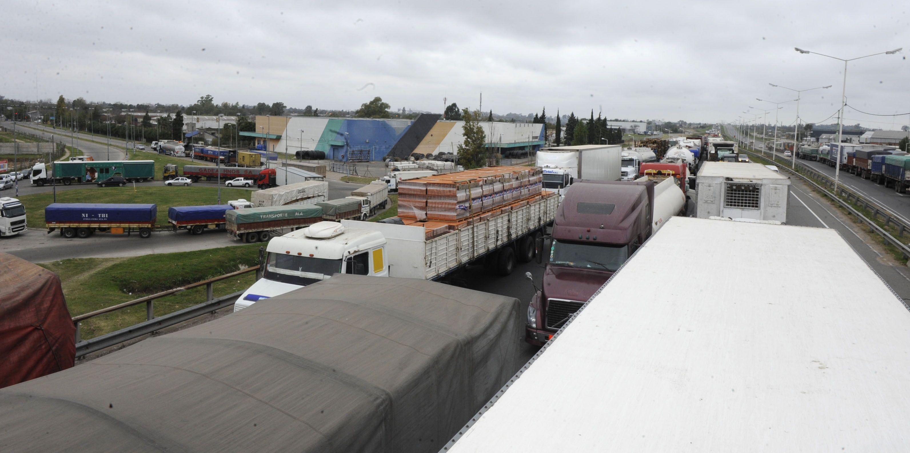 Camionópolis. Una multitud de vehículos parados sobre la avenida de Circunvalación