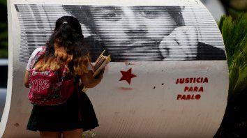 En una de las esquinas de Colón quedó reflejada la imagen de Pablo tras la marcha que pidió justicia por él. (Foto: Celina Mutti Lovera).