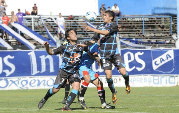 Fue más. Cabral y Rivarola se exigen para ganarle a su rival. Argentino no pudo vencer.