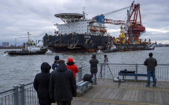 Remolcadores sacan el buque ruso Fortuna dedicado a la colocación de tuberías gasíferas y lo llevan al mar Báltico en el puerto de Wismar