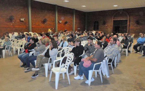 Pobladores de Maciel en asamblea en el salón parroquial.