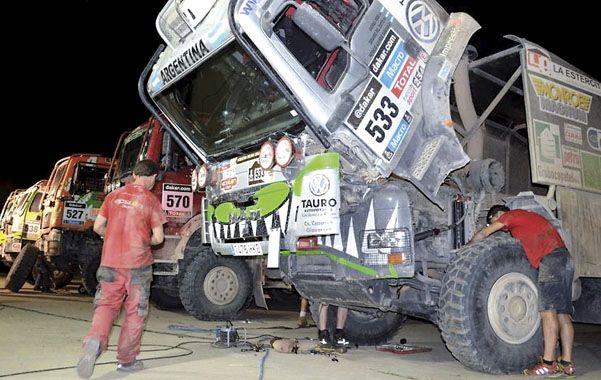 Revisión. Los mecánicos trabajan denodadamente en el camión de Gerardo Del Zotto.
