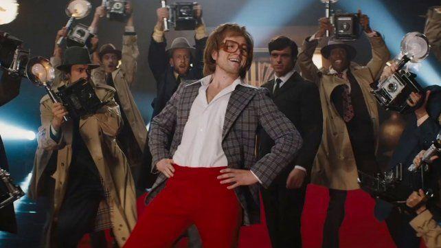 En la cima. El actor inglés Taron Egerton personifica a Elton John