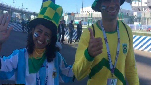 En Brasil. La televisión no para de hacer notas con brasileños que hinchan por Argentina por diferentes motivos.