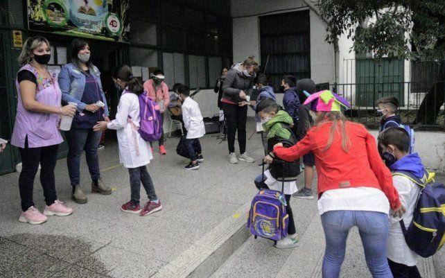 Arrancan las clases en las escuelas públicas con estrictas medidas para evitar contagios de coronavirus