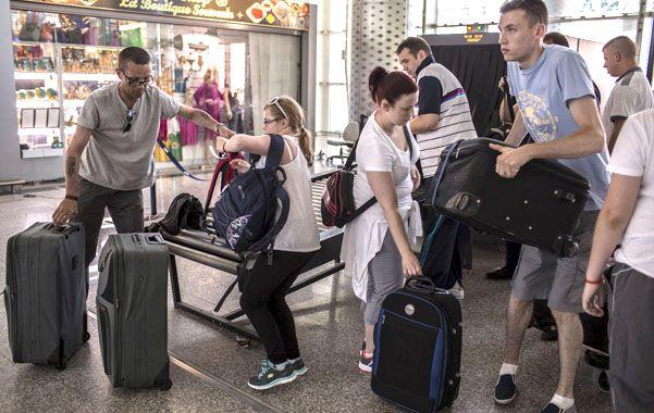 Huida. Turistas extranjeros colmaron el aeropuerto tunecino en busca de pasajes aéreos con destino a sus países.