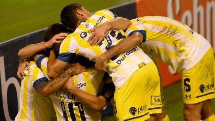 Abrazo de gol. Zabala está en el medio de la montonera, luego del grito de la victoria canalla. Central ganó con gol de Zabala al final.