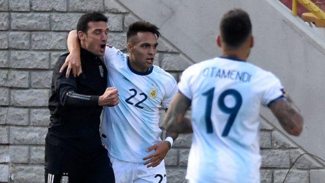 Scaloni entró en la cancha para festejar con los jugadores el gol del empate de Lauitaro Martínez.