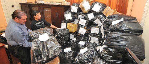 Ropa robada a la firma Fiume y hallada en la casa de uno de los detenidos en Rosario