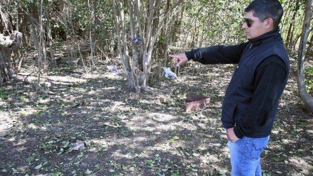 Zona. Un hombre señala el descampado donde fue la agresión sexual.
