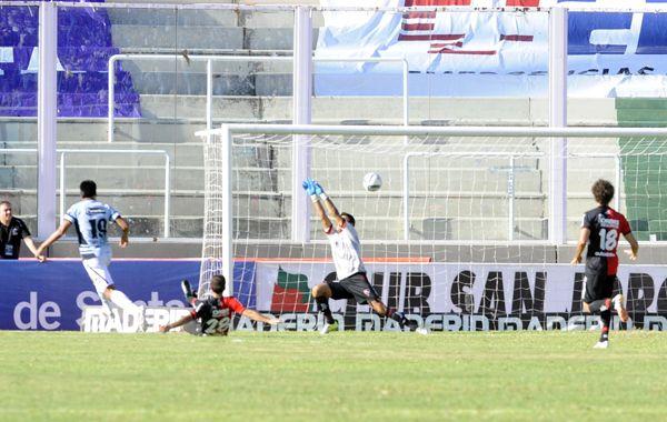 Velázquez le pega fuerte y arriba y convierte el segundo de Belgrano
