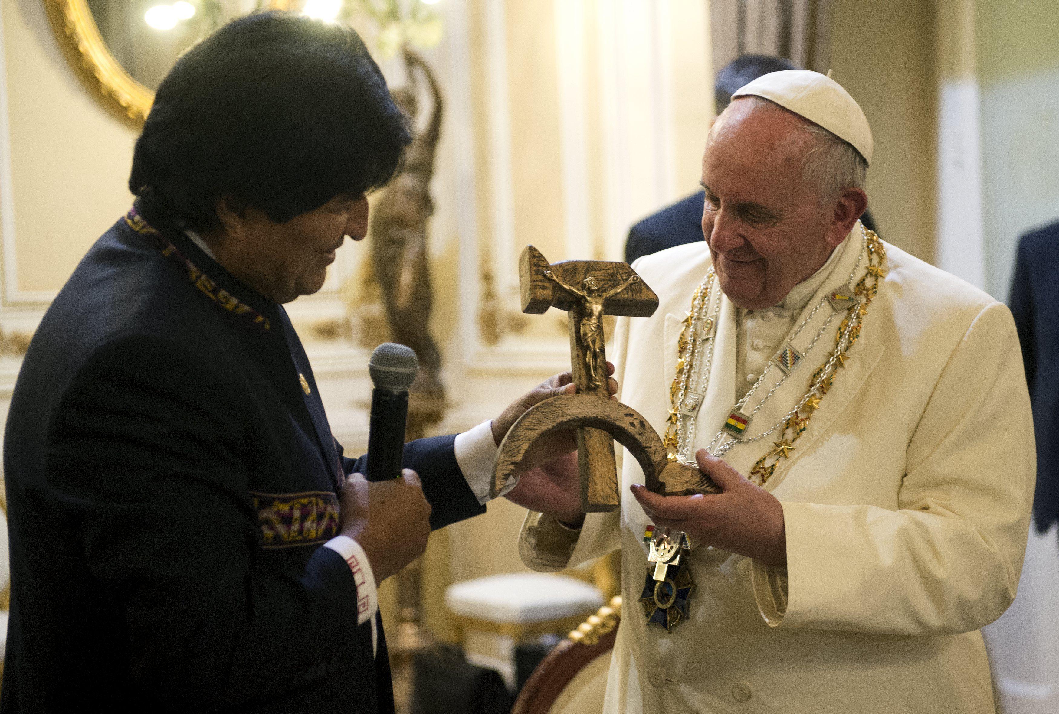 """""""Eso no está bien"""". Fue la opinión del Papa sobre el extraño crucifijo."""