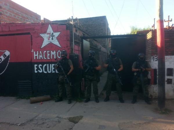Efectivos policiales durante uno de los allanamientos en zona sur.