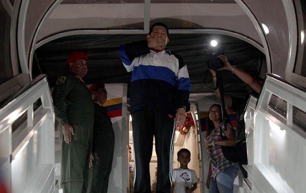 Despedida. Chávez saluda antes de ingresar al avión y partir de madrugada para Cuba.