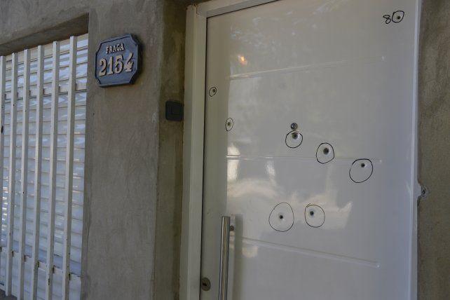 Ocho disparos perforaron la puerta de la casa de Fraga al 2100 la noche del domingo.