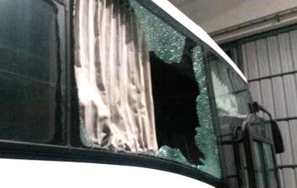 Destrozos. Las piedras impactaron en los laterales del coche. Hay mucha preocupación entre empresarios y choferes.