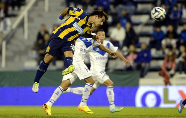 De arriba. Franco Niell intenta ganar de cabeza en el área de Vélez. El Enano llegó con lo justo desde lo físico. (foto: Héctor Rio)