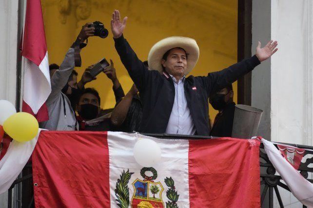 Pedro Castillo saludó a sus seguidores desde la casona de Lima donde instaló su búnker.