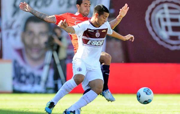 Enredado. El Pulpito González y el Rolfi Montenegro pelean por la posesión de la pelota en la mitad de la cancha.