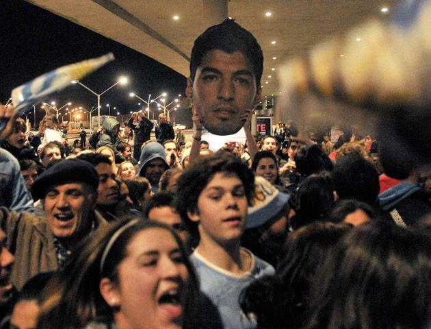 Una multitud de uruguayos fue a recibir a Luis Suárez al aeropuerto de Carrasco. (Foto: AFP)
