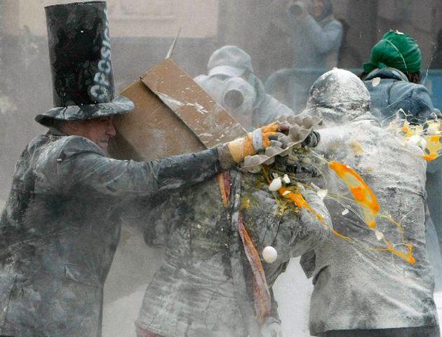 El municipio alicantino de Ibi celebra una de las jornadas más peculiares de sus fiestas de invierno.