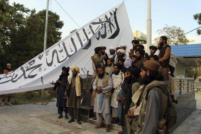 Los talibanes despliegan su bandera al ingresar a Kabul el pasado domingo. La descomposición del ejército afgano tomó por sopresa a Biden y a sus asesores y ministros.
