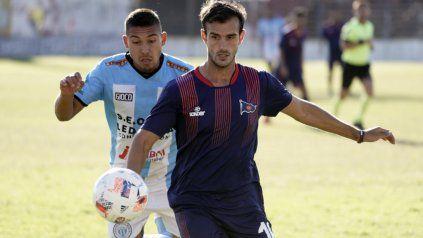El Pitu dio la cara. Lucas Bracco recibió el apoyo de sus compañeros tras errar el penal ante Ituzaingó. El mediocampista ya piensa en Dock Sud.