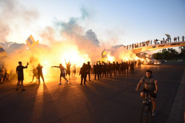 Los hinchas de Rosario Central armaron una tumultuosa previa en el Parque Alem