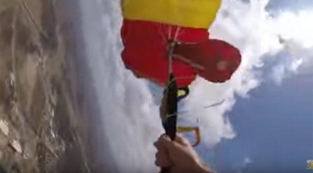 Aterrizó de milagro: se le enredó el paracaídas principal y el de reserva en pleno salto