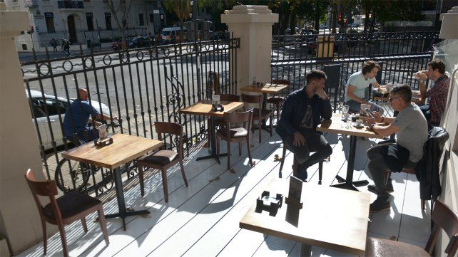 Los dueños de bares y restaurantes descuentan que las restricciones a la actividad seguirán la semana próxima.