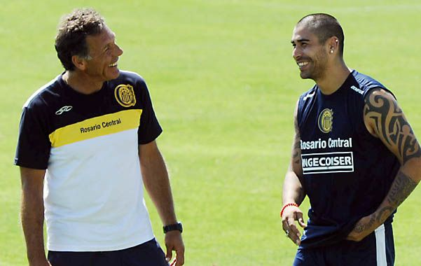 Todo Bien. Russo y Méndez sonríen mientras dialogan en el reencuentro.