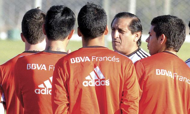 Escuchan atentos. El entrenador millonario dialoga con sus dirigidos durante un entrenamiento de pretemporada en Salta.