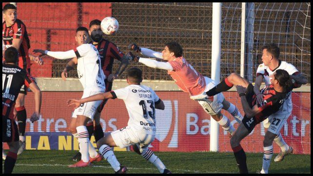 Alan Aguerre, de buena actuación, despeja un corner de Patronato.