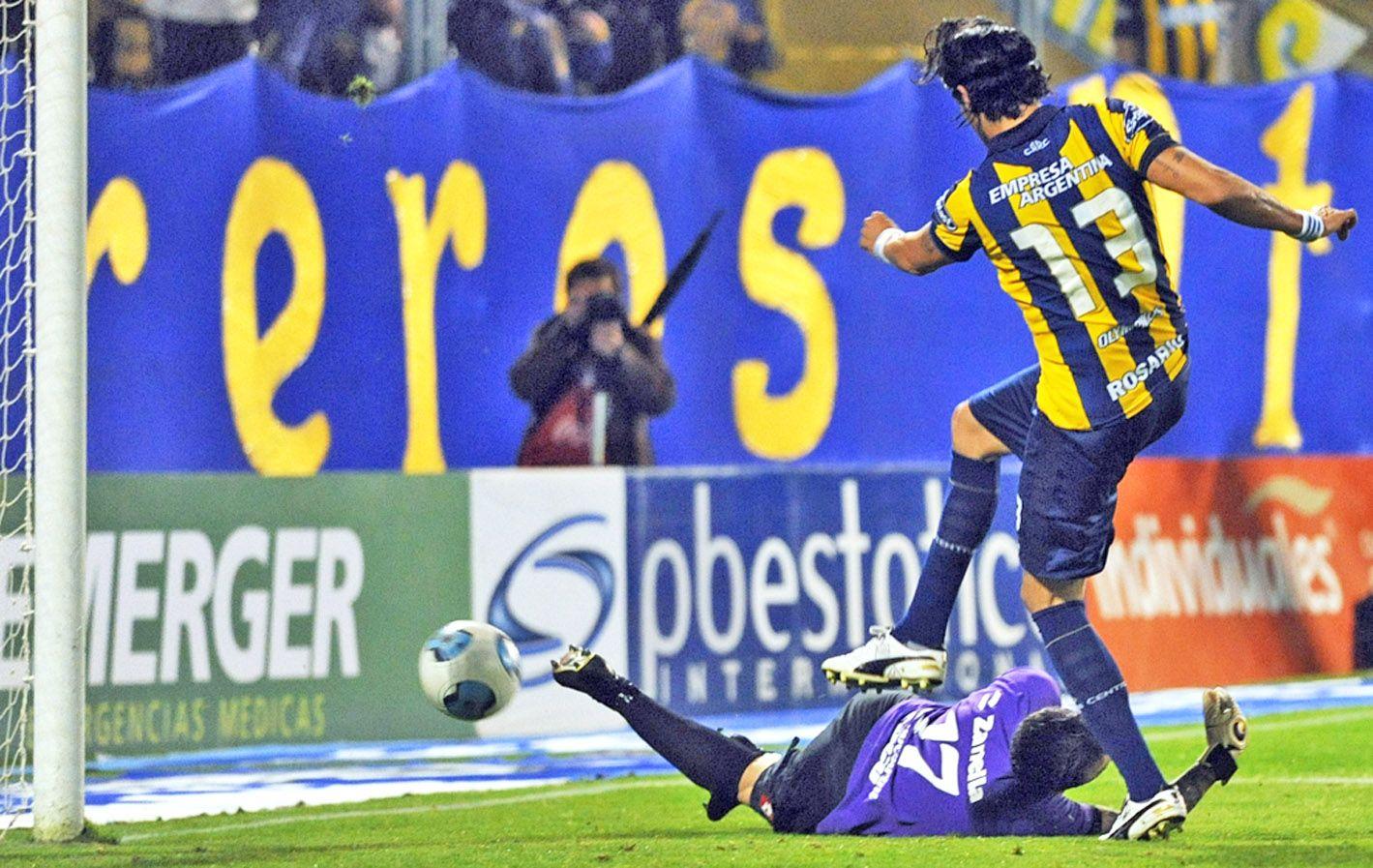 Alivio gigante. Abreu empuja la pelota hacia el arco tras el rebote de Campestrini. Fue el 1 a 1 cuando el partido se moría.