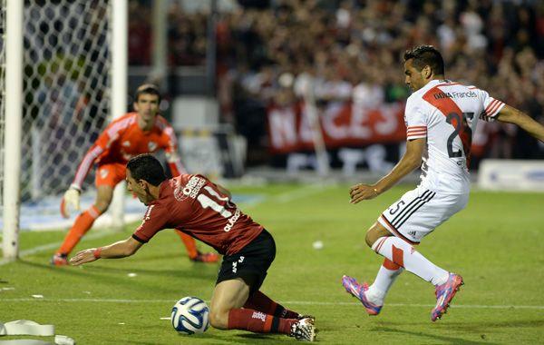 Maxi cae delante de Mercado. Todos pidieron penal. El árbitro dejó seguir. (foto: Alfredo Celoria)