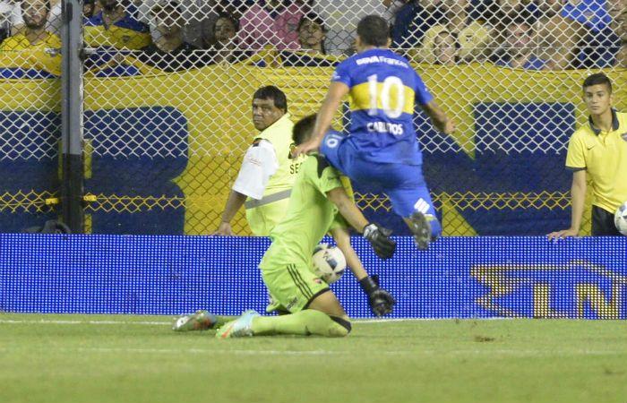 Carlos Tevez impacta su rodilla en el rostro de Unsain